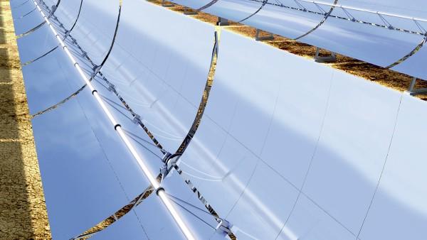 Do urządzeń pracujących z cieplną energią słoneczną zaliczają się między innymi elektrownie słoneczne z rynnami parabolicznymi.